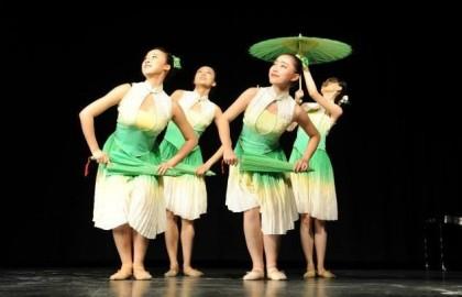מופע להקת הסטודנטים מבייג'ינג בבית הספר התיכון שליד האוניברסיטה – אוקטובר 2014